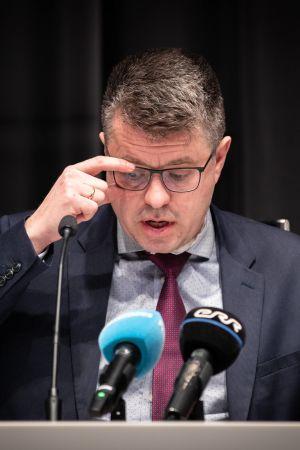 Estlands utrikesminister Urmas Reinsalu håller presskonferens.