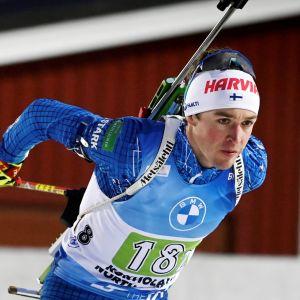 Skidskytten Tero Seppälä åker skidor i en tävling.