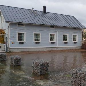 Översvämmat torg i Gamla stan i Ekenäs.