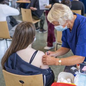 Vaccination av en tonåring i Norge.