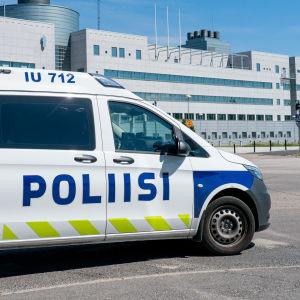 Poliisiauto, taustalla Keskusrikospoliisin päämaja Vantaan Jokiniemessä.