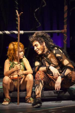 Helsingin Kaupunginteatteri: Tarzan. Kuvassa Luka Haikonen ja Pekka Hiltunen.