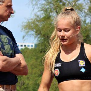 """Björn """"Nalle"""" Andersson instruerar Saga Andersson på träningar i Helsingfors i maj 2019."""