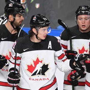 Kanadensiska spelare jublar.