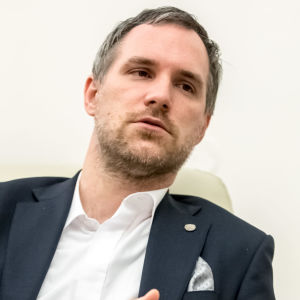 Prags borgmästare Zdeněk Hřib sitter i stadshuset i Prag. Zdeněk Hřib representerar tjeckiska Piratpartiet.