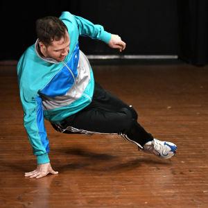 En man som dansar breaking.