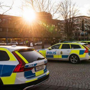 Polisbilar i Vetlanda centrum.