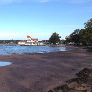 En gul restaurang på vatten: restaurang Knipan i ekenäs.