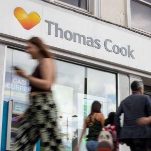 Människor går förbi Thomas Cooks kontor