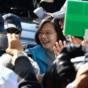 Taiwans president Tsai Ing-Wen hälsar på anhängare under presidentvalskampanjen.