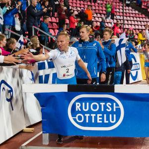 Joonas Rinne hälsar på fans.