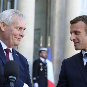 Statsminister Antti Rinne skakar hand med Frankrikes president Emmaniel Macron.