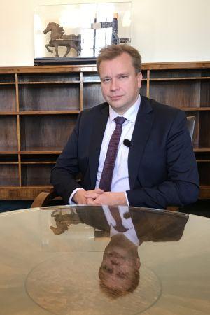 Antti Kaikkonen sitter i ett kontor.