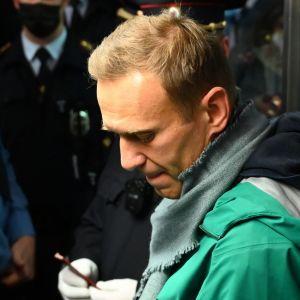 Aleksej Navalnyj vid passkontrollen på Sjeremetjevoflygplatsen i Moskva den 17 januari 2021.