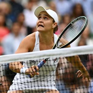 Ashleigh Barty spelar i Wimbledon.