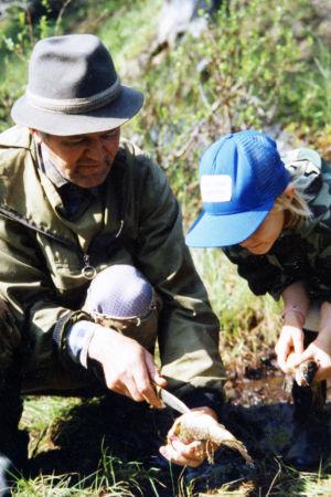 Tuhkimotarinoiden Ulla kalastaa isänsä kanssa
