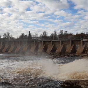 Näkymä Oulujoen ylittävältä patosillalta Oulusta.