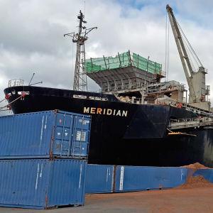 Fraktfartyget Meridian lossar flis i Jakobstads hamn.