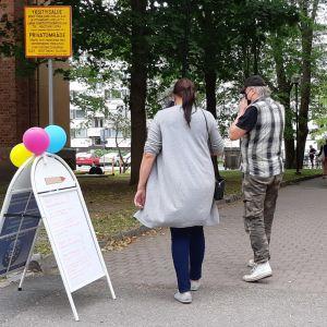 Ihmiset jonottavat Kirkkopuistikon terveysasemalle Vaasassa
