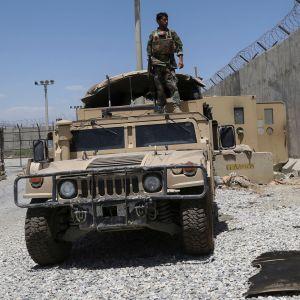 En afghansk soldat i Bagram 2.7.2021 efter att USA:s och Natos soldater rest iväg.