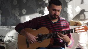 Munther spelar gitarr för Satu och Yousif.