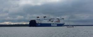 M/S Finnswan och en segelbåt möts på Erstan.