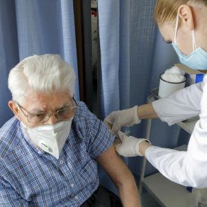 Äldre man får Biontech-Pfizers vaccin i Serbien i januari.