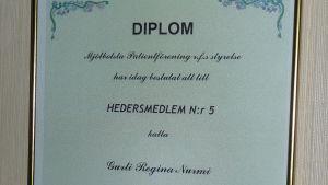 Gurli Nurmi har ett diplom för sitt engagemang i Mjölbolsta patientförening