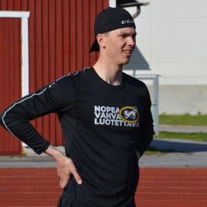 Joel Blomqvist står och tittar