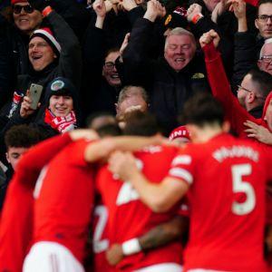 Manchester United-spelare firar i klunga framför glad publik.