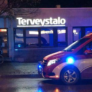 Pelastuslaitoksen auto Terveystalon toimipisteen edessä Mikkelissä.