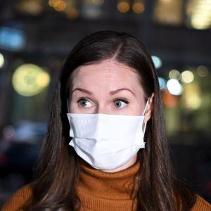 Sanna Marin med munskydd.