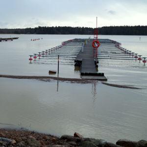 På bilden syns två bryggor vid Skeppsbron i Lovisa. Vattenståndet är högre än vanligt och det går inte att ta sig torrskodd över till bryggan närmast fotografen.