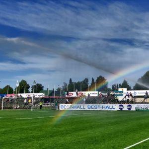 Sateenkaari jalkapallokentällä.
