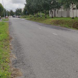 En grå väg med en cykelbana bredvid i Torneå