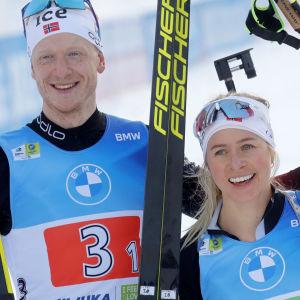 De norska världscupledarna Johannes Thingnes Bø och Tiril Eckhoff knep VM-silver i singelmixedstafetten. Det kan mycket väl bli en dubbelseger för Norge i lördagens stafetter.