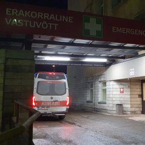 Sjukhusen i Tallinn inte kan ta emot så många mer och patienter förs vidare. Ambulans vid jouren på sjukhuset Ida-Tallinna keskhaigla.