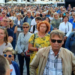 Ester har samlats på Rådhustorget i Tallinn för att lyssna på en konsert
