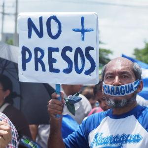 """""""De är journalister, inte terrorister"""" – demonstranter mot förföljelsen av journalister i Nicaragua."""