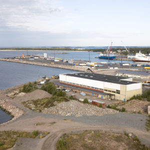 Flygbild över Hangö där man ser Drottningberg och Västra hamnen.
