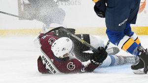 Mikko Rantanen ramlar omkull i matchen mot St. Louis.
