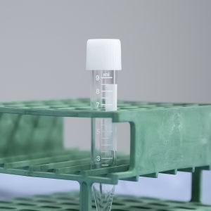 Inseminaatiossa käytettävä ruisku eli katetri. Sen vieressä tyhjä näytepurkki telineessä.