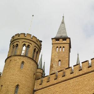 Hohenzollernien linnassa on monta tornia