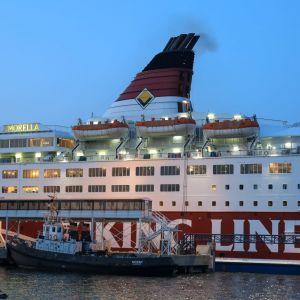 M/S Amorella på väg till hamnen i Långnäs efter att ha gått på grund i september 2020.