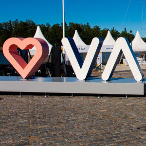En reklamskylt för staden Vasa står på en stenkaj.