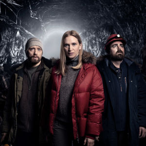 Fem personer står i tjocka vinterjackor nere i gruvan. På bilden Said (Ardalan Esmaili), Lars Ruud (Aksel Hennie), Helen (Vera Vitali), Magnus (Mattias Nordkvist) & Atte (Eero Milonoff).