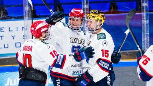 HIFK:s Tobias Winberg omfamnas av lagkamrater.