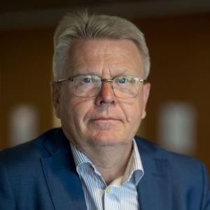 Jyri Häkämies i EK:s entré.