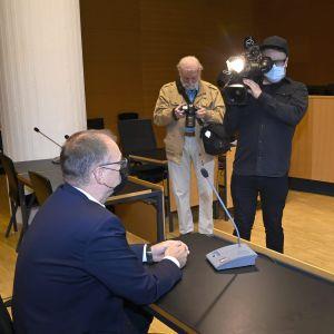 Riksdagsledamoten Juha Sipilä som målsägande i Helsingfors tingsrätt den 7 september 2021 då rätten behandlade ett åtal för misshandel av Sipilä i januari 2021.