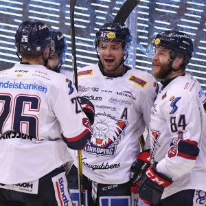 Linköpingspelare firar mål.